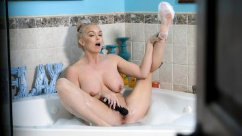 Brook Page masturbates in bubble bath